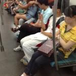 中国 地下鉄で自撮りするカップルのばかっぷり