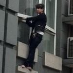 中国:ビルから飛び降りようとする女性