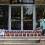 中国のケンタッキーフライドチキンの店頭で男がバーレルを並べだした