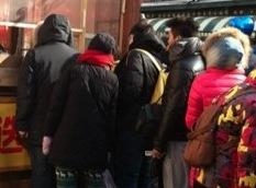 【仰天】極寒のハルピンの街頭で行列ができる店の信じられない商品