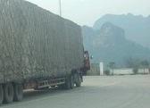 車体が倍の長さほどの中国のトレーラーの過積載