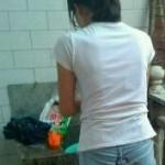 洗濯しながら乾燥する器用な中国女子