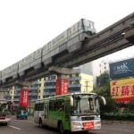 マンションの中を走る重慶のモノレール