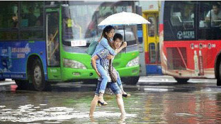 大雨の時、大切な人をおんぶして避難します。