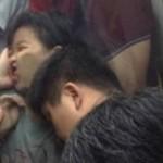 中国の混雑する地下鉄で