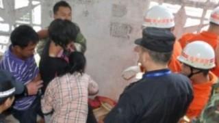 中国の足を滑らせてビルの隙間に引っかかった女性の救出が少し恥ずかしい