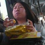 交通機関で食べ物を食べる中国の人々