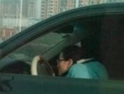 変な姿勢で運転する中国の謎の女性ドライバー