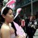 バニーガール姿で注目を集める街頭PR