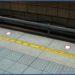 中国の駅のホームの黄線の注意