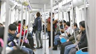 地下鉄でカラダを安定させる手すりのつかまり方