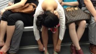 中国の地下鉄でホンイキで寝る人々