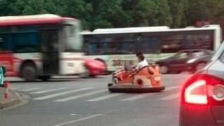 中国の路上に走る普通車じゃない乗り物