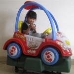 中国の子供たちが遊園地の乗り物で学べること