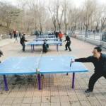中国の公園には屋外卓球台があります。