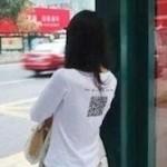 中国女性のQRコードの使い方