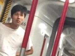 ギリギリ地下鉄に乗れた男性のポージングが決まったところ