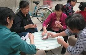 大好きなトランプをしながら〇〇する中国の人