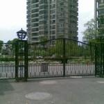 中国の街中にある鉄の門の防犯効果が期待できないかもしれない