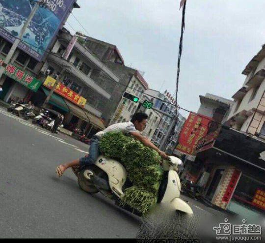 過積載:バイク:野菜乗せすぎ