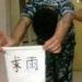 中国の学生はきびしい屋外実習を雨乞いで阻止します。