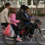 中国ではなかなか無くならないバイクの多人数乗り