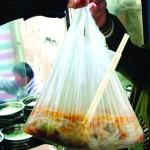 露店のお店の料理はポリ袋でテイクアウト