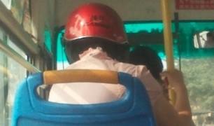 中国ではバス事故対策にヘルメット装着で乗り込みます。