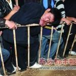 柵の上で眠る中国の人って本当に大丈夫なの?