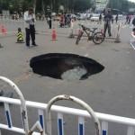 中国の各地の道路で突如起こる地盤沈下の穴
