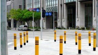 中国にはガードレールが少なく代わりにポールが立っていて何故かそこに女性が腰掛けます。