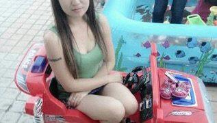 中国では子供の乗り物に大人が乗って遊びます。