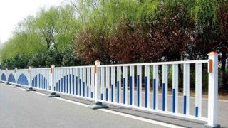 中国の中央分離帯の柵を飾る人と飾らなくする人