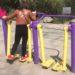 """中国の公園の健康器具""""空中歩行器""""を工夫して利用する人たち"""