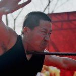 中国のカンフーによる鉄棒喉刺しという荒業の演技