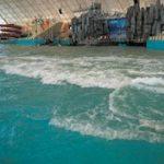 中国の混雑するプールは波で人々が一掃されます。