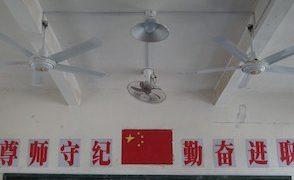 【悲報】中国の教室で突然生徒を襲って来るもの