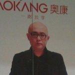 中国のお店のポスターの写真の股間が気になる貼り方