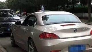 中国の学校の前に並ぶ高級車の屋根のペットボトルの謎