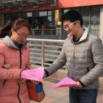 中国にもいる街頭でビラ配りする人たち