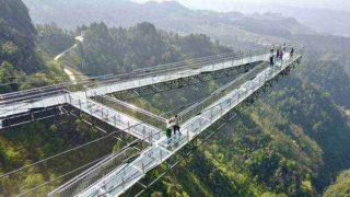极限飞跃 ー ついに中国でガラスの桟道の上を行く穴だらけの道を作ってしまった