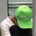 绿帽子 ー 緑の帽子をかぶりうつむいた男性の心の内