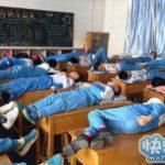 中国の子は机で寝ることを習慣にしているらしい