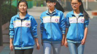 中国の学生は制服ジャージをカスタマイズして自己主張します