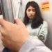 地下鉄の男女カップルが手すりでアピってくること
