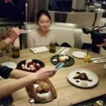 食事の前に料理写真を撮る中国の人の撮影ポイント