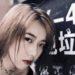 アート写真風に自撮りをする中国女性の身近な撮影現場