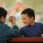 白黒つけたい時の勝負を腕相撲でする中国の人たち