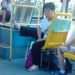 【意味不明】中国女性が何をするにもよく足を上げるのが謎すぎる?