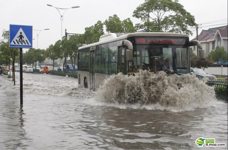 中国の大雨の中を行くたくましい公共バス